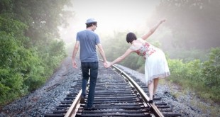 doanh-nhan-balance-life-train-railroad-outdoors-nature-walk-marriage-holding-hands-1442117294280-crop-1442125496106